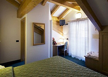 3 stars Hotels in Canazei (***) in Canazei. The rooms are well furnished with decorative wooden trimmings and most have a balcony. 